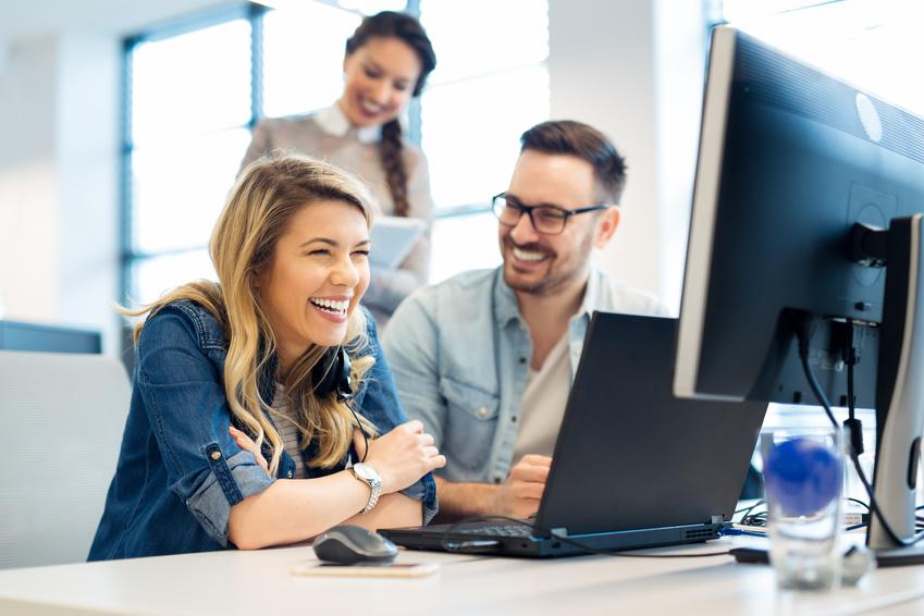 Privathaftpflicht: Junge Leute im Büro können aufgrund des passenden Schutzes unbeschwert arbeiten